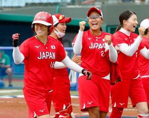 日本―メキシコ 2回、先制ソロを放ち、ガッツポーズする藤田(左)=福島県営あづま球場