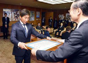知事から県表彰の賞状を受け取る安室選手(左)=県庁