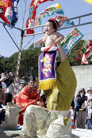 たくましく願い込め 徳島・海陽町で神事「赤ちゃん土俵入り」