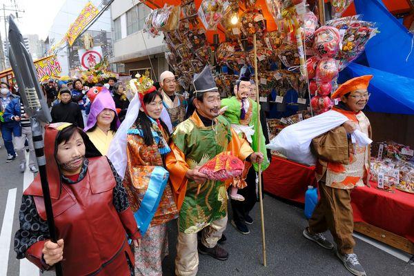 七福神と野菜みこしも練り歩いた=徳島市通町