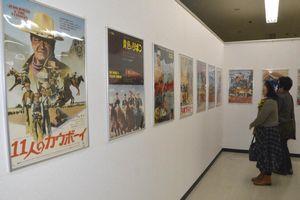 懐かしの洋画のポスターに見入る来場者=鳴門市撫養町小桑島のキョーエイ鳴門駅前店