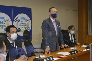 危機管理会議で、防疫対策の徹底を指示する飯泉知事=午後10時半すぎ、県庁