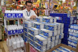 50枚入りマスクの箱が山積みにされたMEGAドン・キホーテ徳島店=徳島市応神町古川