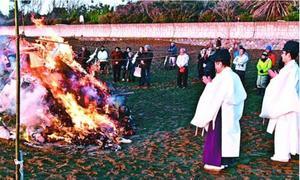 正月飾りを焼いて無病息災を祈る住民ら=美波町日和佐浦の大浜海岸