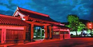 赤く照らされた鷲の門