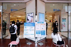 全館での営業を再開し客を迎える従業員=午前10時ごろ、そごう徳島店