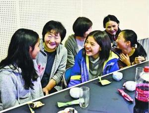 地元住民との交流を楽しむ京都インターナショナルスクールの生徒=三好市西祖谷山村の民宿「楽校の宿あるせ」
