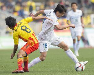 後半、相手ゴールに攻め込む徳島の佐藤(右)=北九州市立本城陸上競技場
