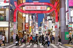 「東京アラート」発令から初の週末を迎えた新宿・歌舞伎町=6日夕