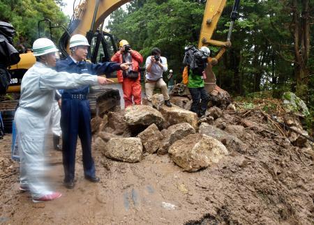 大雨による土砂崩れ現場を視察する鹿児島県の三反園訓知事(左から2人目)=20日午前、鹿児島県屋久島町