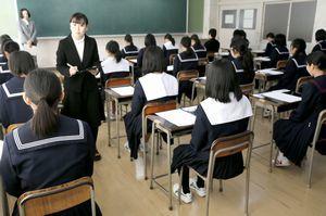 >配られた問題用紙を前に、試験開始を待つ受験生=午前9時20分ごろ、名西高校
