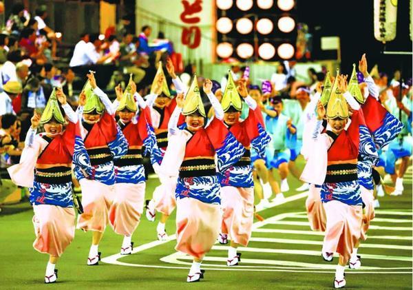 県内のトップを切って開幕した鳴門市の阿波踊り=同市撫養町の東演舞場
