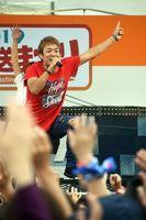 四国放送まつりで熱唱するファンキー加藤さん=板野町のあすたむらんど徳島