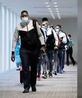 成田空港に到着した、東京五輪に出場するウガンダ代表選手団=19日午後