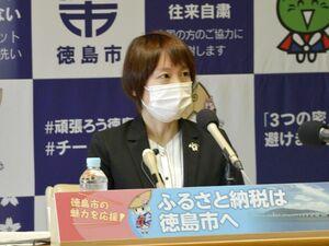 昨夏の阿波踊りの経費負担問題について見解を述べる内藤市長=徳島市役所
