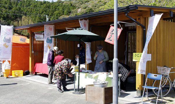 新たに整備され、特産品の販売スペースとして使われた休憩小屋=美波町奥河内の道の駅日和佐
