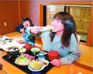 ステーキ御膳などを味わう子どもたち=徳島市国府町日開のふじや総本店