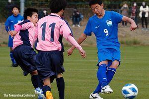 決勝・鳴門一対藍住 前半4分、鳴門一の太田⑨がゴールを決め2―0とする=徳島スポーツビレッジ