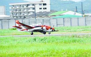 左に傾いた状態で着陸した練習機