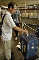 衆院選の期日前投票をする有権者=徳島市役所