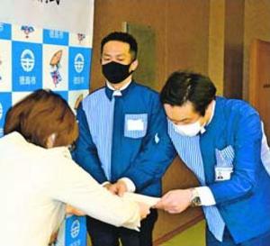 内藤市長(左)から委嘱状を受け取るコンビニの代表ら=徳島市役所