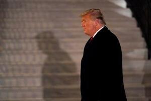 12日、米テキサス州からホワイトハウスに戻ったトランプ大統領=ワシントン(AP=共同)
