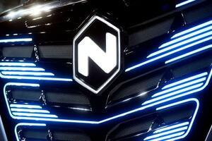 電気自動車の米新興企業ニコラのロゴ=2019年12月、イタリア北部トリノ(ロイター=共同)