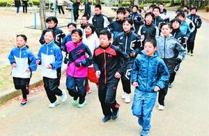 4年ぶりの優勝を目指して練習に励む徳島市チーム=徳島中央公園
