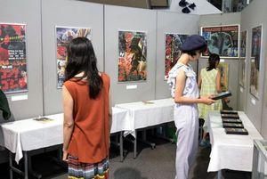 中島さんが出演した映画「ゴジラ」のポスターなどが並ぶ企画展=徳島市立木工会館
