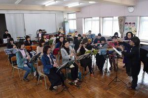 5周年記念コンサートに向けて練習する「ままブラス」のメンバーら=阿南市の新野高校