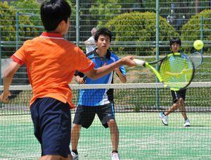 熱戦を繰り広げる選手たち=JAバンクテニスプラザ