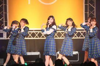 """SKE48、シングル発売日に新曲を続々披露 松村香織は""""新調""""新聞紙衣装で卒業曲熱唱"""
