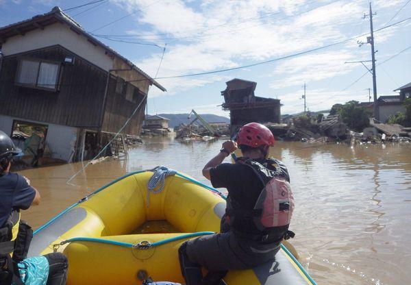 一帯が冠水した町をゴムボートで回り、捜索活動に当たる有志=8日、岡山県倉敷市真備町(矢野さん提供)