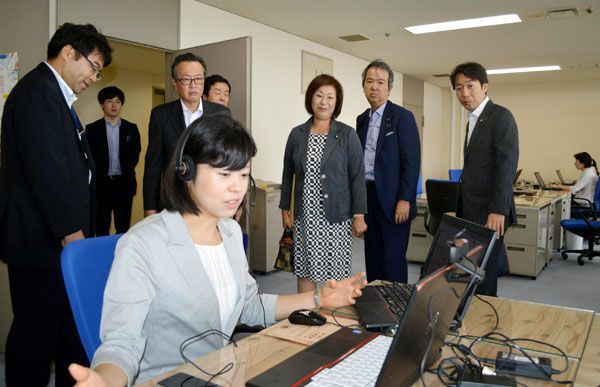 消費者行政新未来創造オフィスを視察する自民党の船田消費者問題調査会長(後列左から3人目)ら=県庁