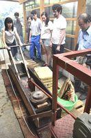 茶擦り機で茶葉をもむ参加者=上勝町旭の市宇婦人活動センター
