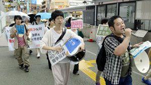 安全保障関連法案に反対し、「戦争するな」とシュプレヒコールを上げる若者ら=徳島駅前