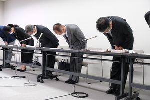 会見で職員の着服について謝罪する阿波池田商工会議所の会頭(右から3人目)ら=三好市池田町の同所