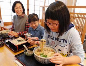 年越しそばを味わう家族連れ=徳島市新蔵町1の総本家橋本・そば蔵