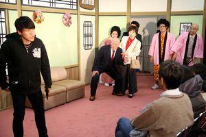 観客を招いたワークショップで劇を披露する鳴門市民ら=同市撫養町の市文化会館