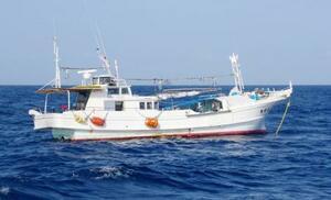 衝突後の漁船「萬栄丸」=7日午後、佐賀県唐津市の加唐島沖(唐津海上保安部提供)
