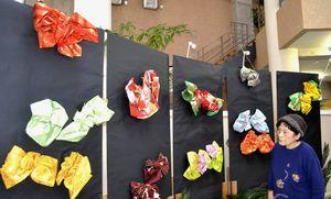 さまざまな種類の帯結びが並んだ展示会=つるぎ町の貞光ゆうゆう館