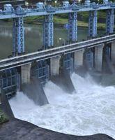 台風6号による大雨で放流を続ける池田ダム=12日午後7時ごろ、三好市池田町