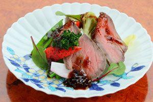 鳴門市フェアで提供している「すだち牛ローストビーフと春野菜いちごソース」