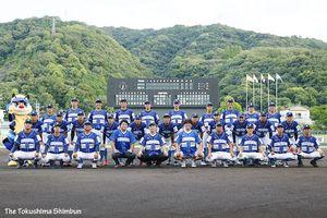 徳島インディゴソックスの選手と集合写真に写るプロ野球巨人前監督の高橋由伸さん(前列左から4人目)