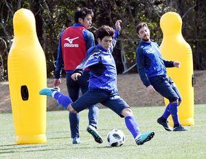 相手守備陣の裏に抜ける攻撃を練習する選手=宮崎市の県総合運動公園ラグビー場