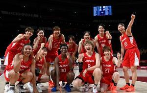 ナイジェリアに勝利し、準々決勝進出を決め喜ぶ日本の選手たち=さいたまスーパーアリーナ