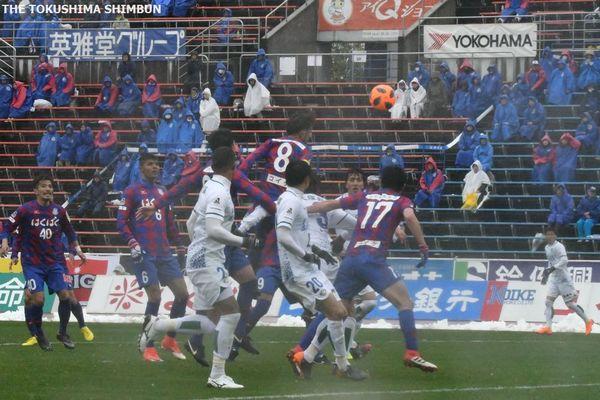 後半、岩尾のFKを甲府の選手(8)が頭で障ってオウンゴールとなる=21日、山梨中銀スタジアム