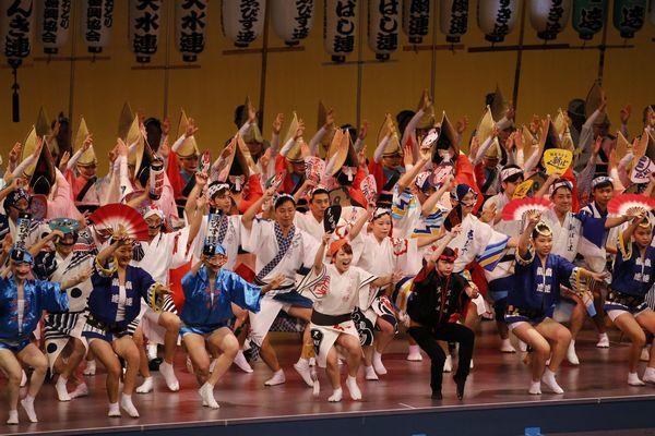 昨年11月に開かれた「秋の阿波おどり」。今年から開催日数が1日増える=徳島市のアスティとくしま