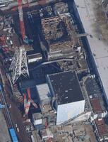 廃炉作業が続く東京電力福島第1原発1号機(上)と2号機=2月(共同通信社ヘリから)