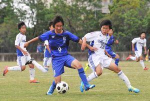 サッカーの県中学選手権決勝で競り合う松茂と鳴門一の選手。県総体では21チームが熱戦を繰り広げる=5月13日、鳴門球技場